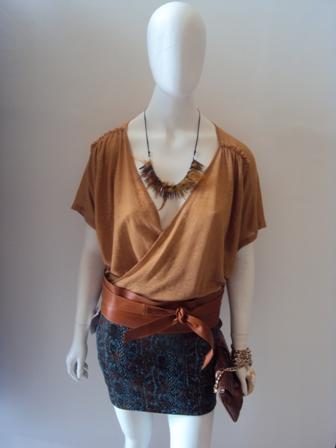 Saia estampa cobra JoIola/ faixa em couro/blusa CKJ/colar penas